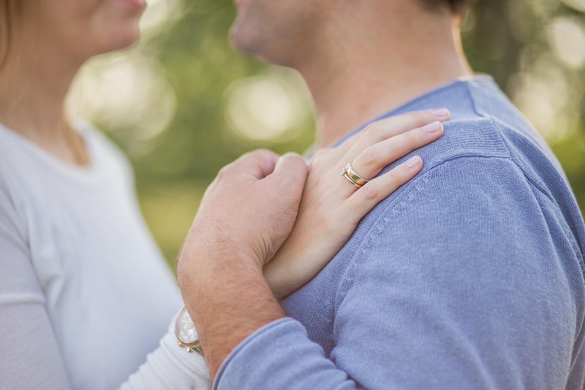 Hand mit Verlobungsring