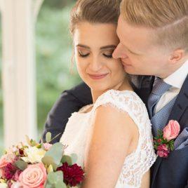 Braut mit Brautstrauß und Bräutigam